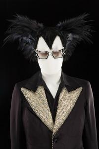 Matthieu Chedid, costume de Macha Makeïeff, coiffe en plumes de Gérald Portenart, lunettes modèle Peggy Guggenheim portés lors de la tournée « Mister Mystère », 2009. © CNCS / Florent Giffard